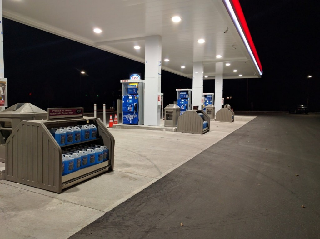 2. Forecourt with MM-695 Merchandisers and MU-707 Trash Cans in P13